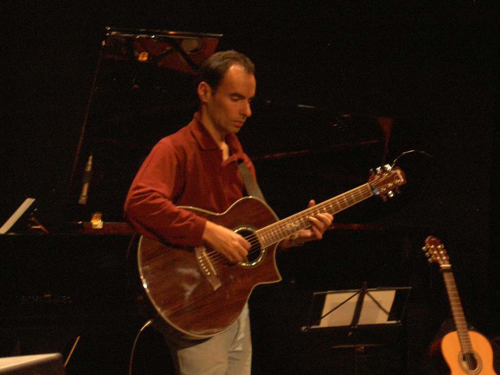 David probando las guitarras antes del concierto (Foto Javier Llorente)