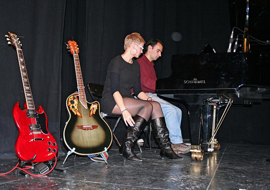 David junto a la cantante Mónica Torremocha horas antes del concierto (Foto Raúl Sanz)